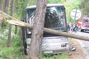 Páteční nehoda autobusu plného dětí mezi Příbramí a obcí Žirovy, kousek od nebezpečné zatáčky.