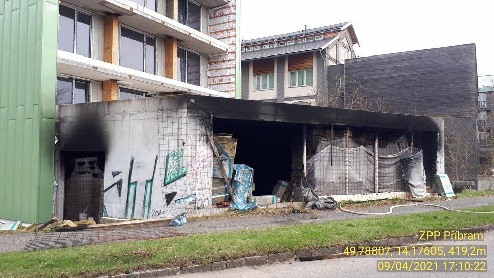 Následky požáru hotelu v Dobříši.