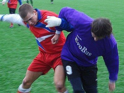 Zbyněk Černý bojuje o míč s dalším úspěšným střelcem zápasu Majlátem.