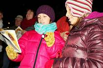 Česko zpívá koledy v Příbrami na náměstí 17. listopadu, kde se sešlo zhruba 50 lidí.