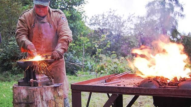 Luděk Skala zrovna vytáhl ocel z výhně a snaží se jí dát tvar, který by odpovídal jeho představám