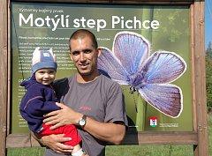 Ondřej Sedláček se svým synem Kryštofem v roce 2009 před jednou z motýlích rezervací, kterou pomáhal u Příbrami zakládat.