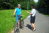 Policisté seznamují cyklisty s bezpečnostními zásadami při jízdě na kole.