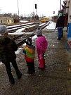 Zájemci si pro něj mohli dojít opět přímo k vlaku v neděli 17.prosince, kam ho z Prahy přivezli dobříšští skauti od skautů přijíždějících z Vídně.