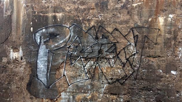 Na technické památce v srdci CHKO Brdy na dopadové ploše Jordán neznámý vandal posprejoval zeď.