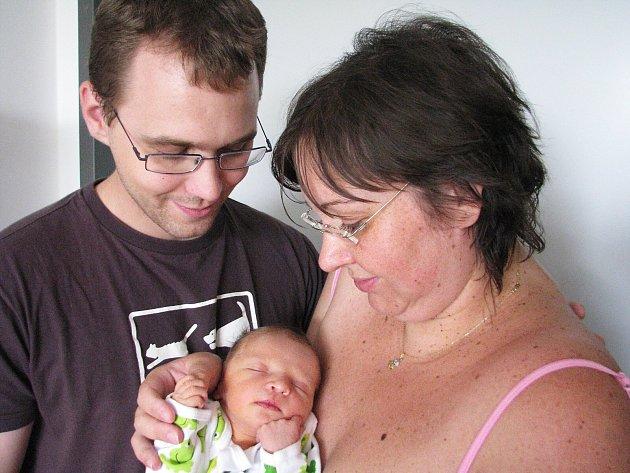 V úterý 26. června maminka Monika spolu s tatínkem Danielem z Plzně přivítali na světě svého prvorozeného syna Maxmiliána Mokoše, kterému sestřičky v porodnici po příchodu na svět navážily 2,93 kg a naměřily 47 cm.