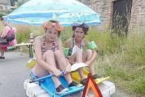 PLAVIDLO do každého počasí si nejdřív na suchu vyzkoušela tato posádka. Lenka Mulačová a její matka Bohuslava spíš vypadají jako sestry.