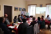 Projektanti Michal Studničný a Rostislav Kasal představili starostům v Petrovicích záměr studie proveditelnost stavby přivaděče vody z Rýmařova.