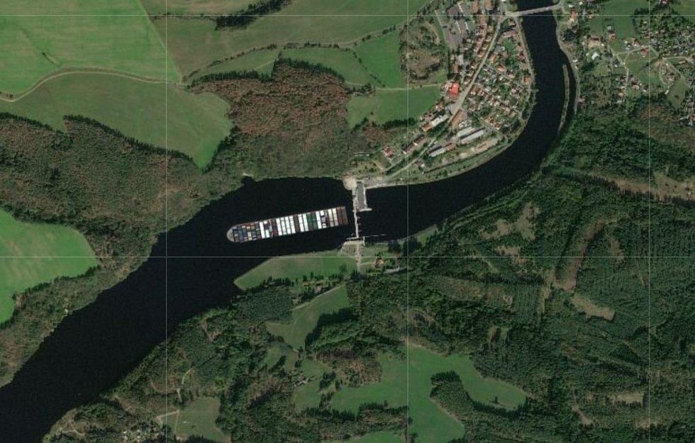 Loď Ever Given na Vltavě.