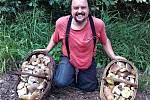Houbař Petr Knápek se z lesa s prázdnou nikdy nevrací.