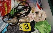 Při šesti domovních prohlídkách, které se uskutečnily zejména na Příbramsku, nalezli příslušníci policie dokonce varnu, dále léky, konopí a injekční stříkačky