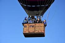 Seskok parašutistů ze dvou horkovzdušných balonů najednou.