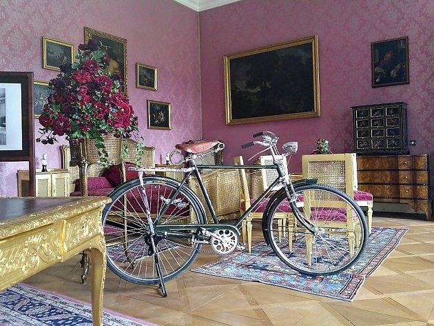 Výstava historických jízdních kol v dobříšském zámku.