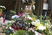 Blízcí a příbuzní uctili památku Ondry Šámala u pomníčku mezi Věšínem a Míšovy.