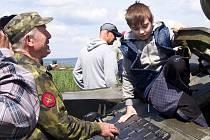 Jiří Míka pomáhá dětem do tanku.