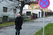 V ulici Na Vršku krizitují lidé značku zákaz zastavení.