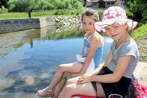 Slavnostní otevření opraveného jezu v Čenkově zpestřili ochotníci z Divadla Za Vodou a děti z mateřinky.
