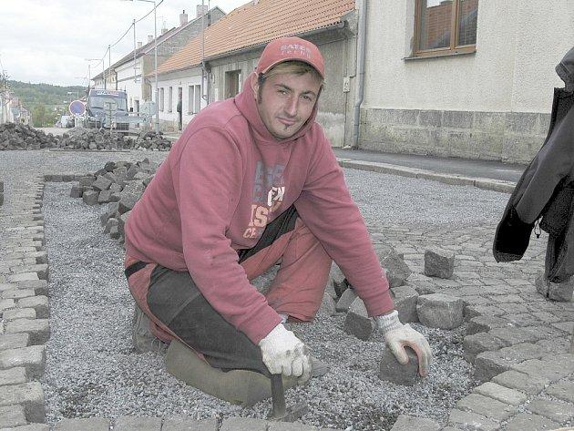 Práce v Mariánské ulici pokračují.