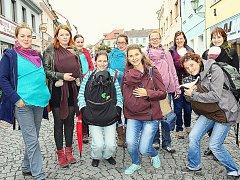 Srazy maminek, které nosí děti v šátku, vede v Příbrami Markéta Pavlásková (na snímku pátá zprava).