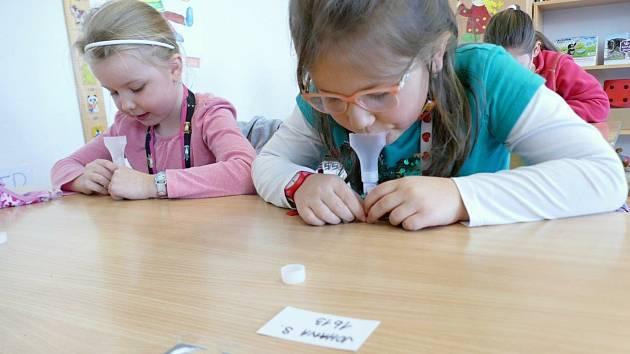 Na základní škole Propojení v Sedlčanech začali zkušební testování žáků prvních a druhých ročníků na covid - 19.