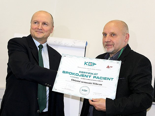 PŘEDÁNÍ CERTIFIKÁTU Spokojený pacient z rukou Tomáše Raitera (projekt Kvalita očima pacientů) do rukou ředitele příbramské nemocnice Stanislava Holobrady (vpravo).