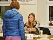 Voliči vybírají své kandidáty v Uhlířských Janovicích. Foto: Richard Karban