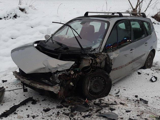 Dopravní nehoda osobního automobilu a autobusu vZáborné Lhotě.