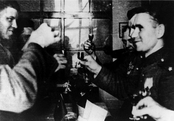 """Jednání amerických (vlevo) a sovětských důstojníků vBřeznici na radnici dne 10.5.1945 odemarkační čáře bylo završeno """"přípitkem na vítězství""""."""