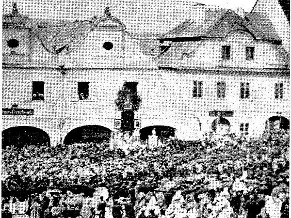 """NA RYNKU kdysi stála gotická, roubená hospodářská """"česká chalupa"""" sdvířky a vjezdovou bránou do dvora na severní straně."""