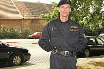 Objekt pohřebního ústavu (na snímku v pozadí) byl ze všech stran obehnaný páskou a hlídaný policisty.