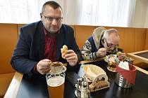 Poslanec Lubomír Volný (vlevo) v restauraci Malý Janek v Jincích na Příbramsku, která i přes zákaz zůstala v pátek 18. prosince 2020 otevřená.