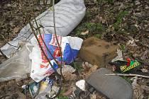 Odpadky u silnice.