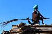 Stavění máje a čekání na podpálení hranice s čarodejnicí ve Staré Huti.