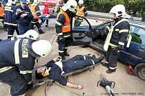 Vyprošťování osob z havarovaných aut.