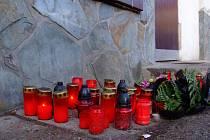 V neděli večer před vchodem do restaurace Na Chmelnici přišla skupinka asi 25 lidí  zapálit svícny na památku zesnulého Jana Kučery.