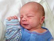 KUBÍK ŠNELLER, synek Anny a Milana ze Sedlčan, se narodil ve středu 5. dubna o váze 3,66 kg a míře 51 cm.