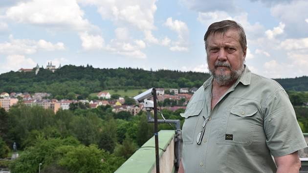 Včelař Jiří Roub na střeše příbramského kulturního domu.