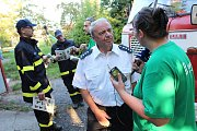 Redaktorka Českého rozhlasu Region Soňa Jindrová při rozhovoru se starostou hasičů Oldřichem Jarolímkem.