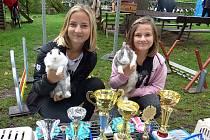 Sestry Karolína a Natálie Milotovy v králičím hopu získaly za výkony svých svěřenců v republikových závodech slušnou řádku trofejí.