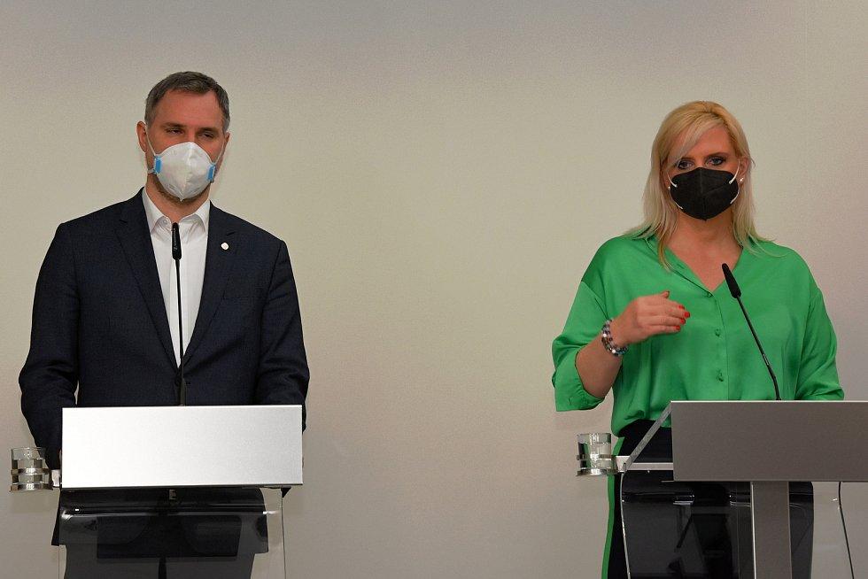 Tisková konference 16. dubna 2021: Zdeněk Hřib, Petra Pecková.