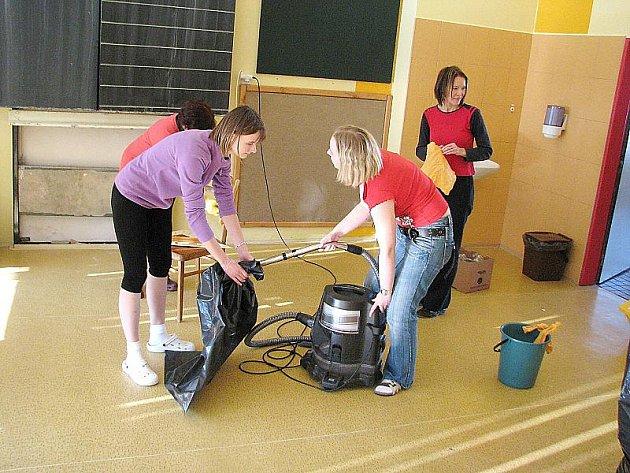 Úklid kvůli výskytu azbestu na Základní škole Pod Svatou Horou Příbram.