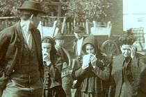 Zarmoucené ženy před Mariánským dolem na Březových Horách.