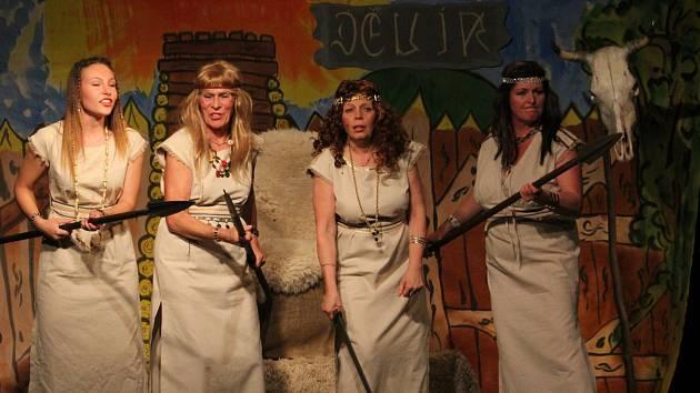 Dobříšští ochotníci divákům předvedli, jak to bylo s Dívčí válkou doopravdy.