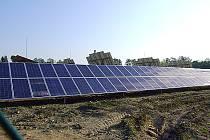 Za oploceným areálem se ukrývá celkem 1122 solárních panelů. Ty se dokáží otáčet za sluncem. Z toho důvodu je tento typ elektrárny největším v České republice