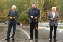 Slavnostního otevření mostu se zúčastnil i příbramský starosta Jan Konvalinka (uprostřed).