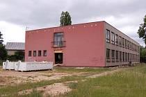 V jednom z bývalých pavilonů 8. ZŠ v ulici Žežická se v těchto dnech rozjela realizace Komunitního domu seniorů