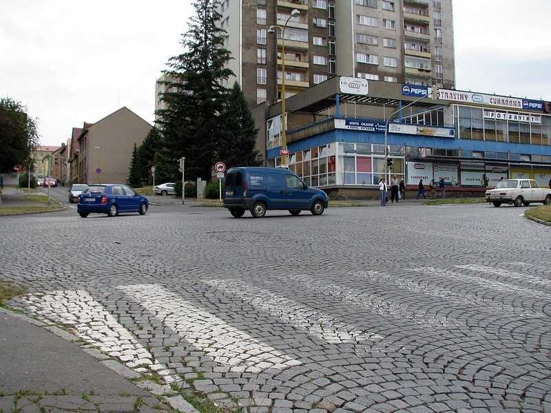 Řidiči pokladají za rizikovou křižovatku ulic Plzeňské a Dvořákova nábřeží