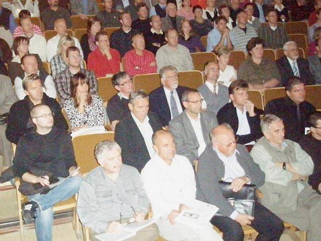 Přednáška Tomáše Sedláčka v příbramském divadle.