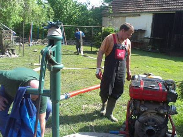JOSEF PECKA a Sbor dobrovolných hasičů Svaté Pole pomáhali uJungerů při čerpání studny.