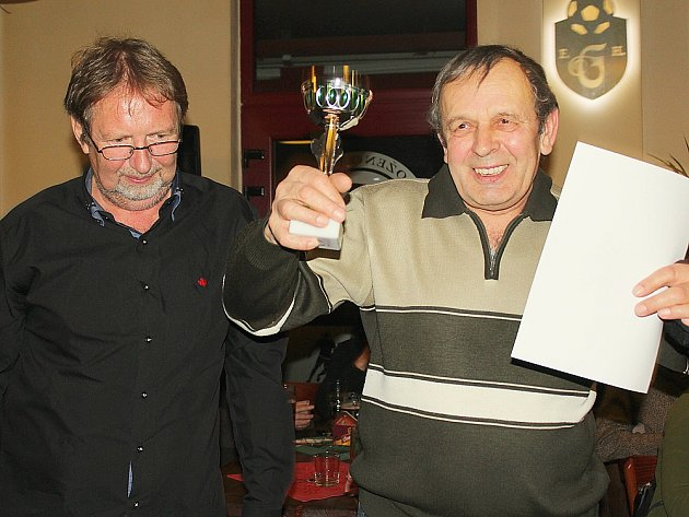 Soutěž o nejlepší zelí 2015. Vlevo jeden z organizátorů Adam Pokorný s vítězem Pavlem Havlinou.